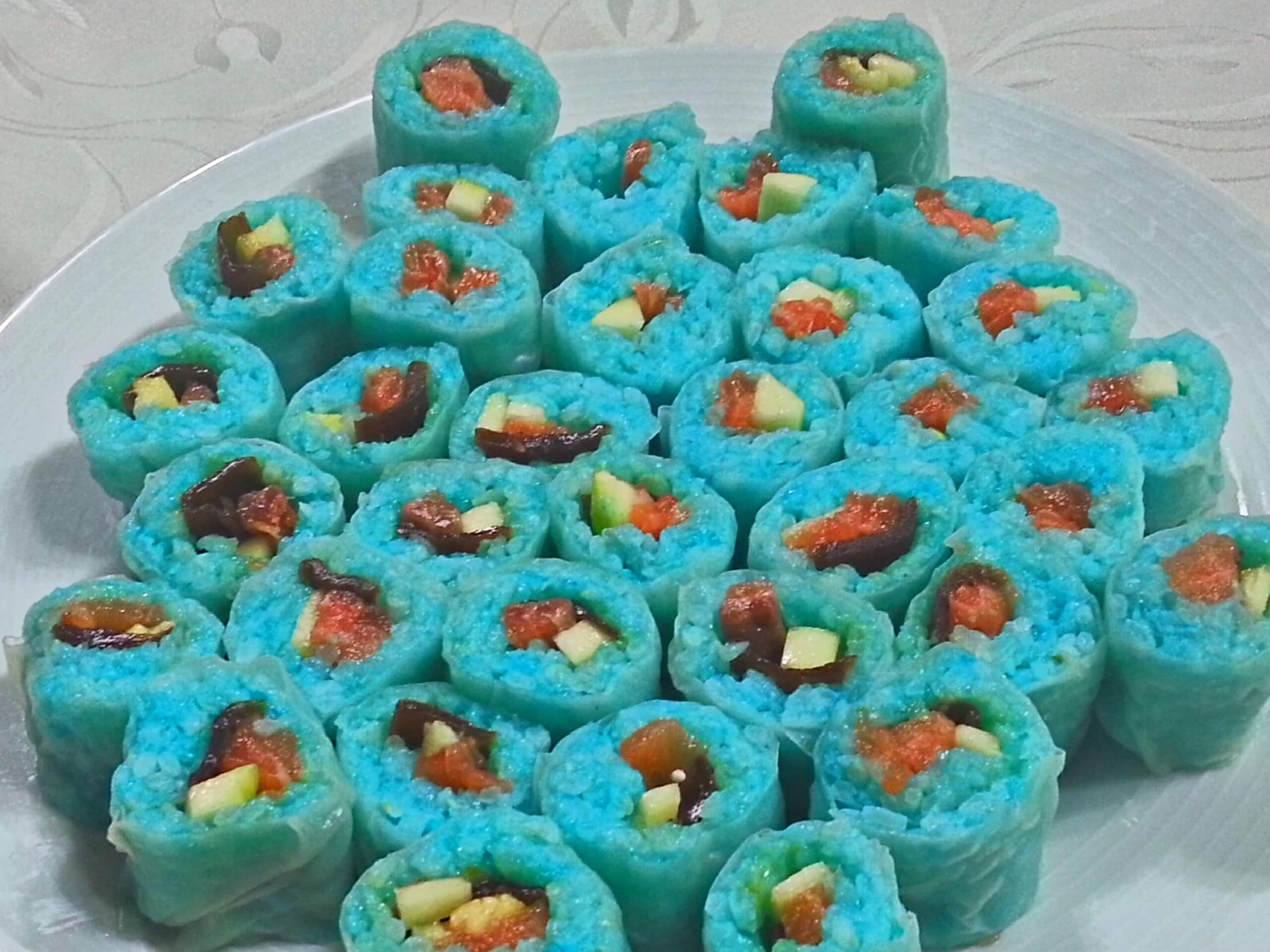 Sushi azul con papel de arroz